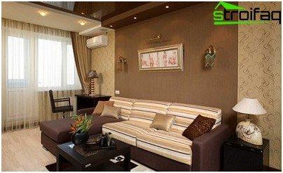 El método de combinación vertical de papel tapiz en la sala de estar