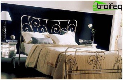 Combinando papel tapiz en el dormitorio con un nicho