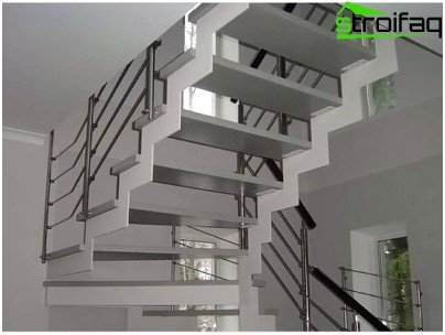 Metal staircase: side railing fastening