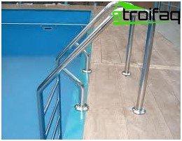 Стълба на басейна
