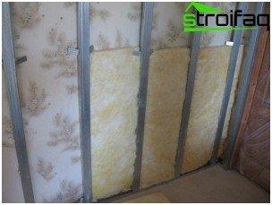 Voor extra warmte- en geluidsisolatie zijn holtes gevuld met minerale wol