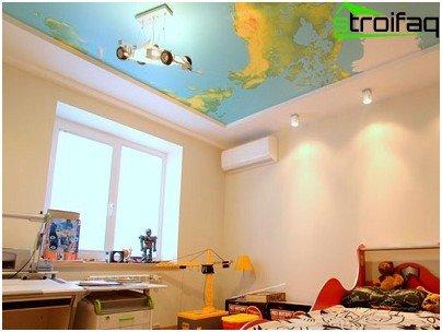 Variant van het ontwerp van het spanplafond naar de kinderkamer met de afbeelding van een geografische kaart