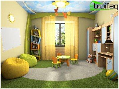 Ontwerp van een spanplafond in een kinderkamer voor een schooljongen in de vorm van een blauwe lucht