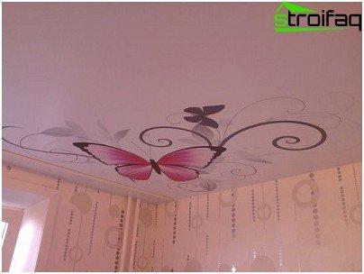 Spanplafond in de kamer van een tienermeisje met een vlinder