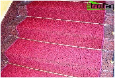Decorating a staircase with a carpet in a country house