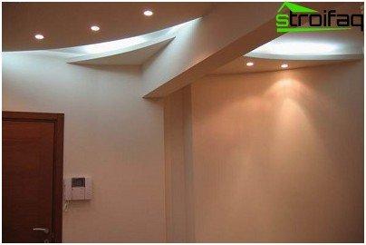 Una solución interesante para decorar el techo en un pasillo espacioso