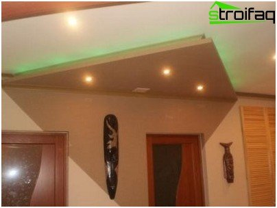 El diseño del techo de pladur en el pasillo.