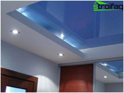 The combination of plasterboard suspended ceiling and stretch ceiling in the design of the corridor or hallway