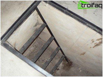 Escalera de metal pintado