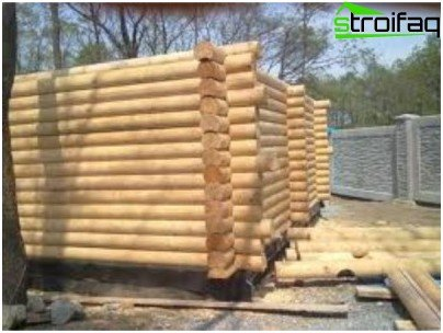 Строительство стены из бревна