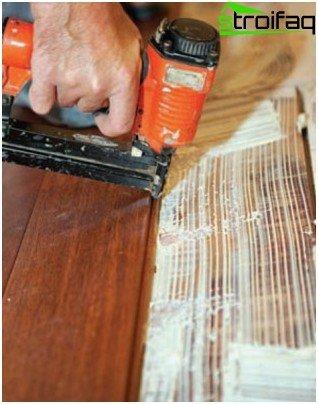 Fissaggio con chiodi pneumatici nella scanalatura del pannello di parquet