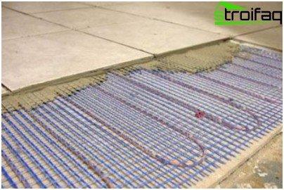 Installation von Rohren zur Fußbodenheizung