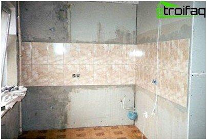 من الأفضل البدء في وضع عناصر كبيرة من تكسية البلاط من وسط الجدار