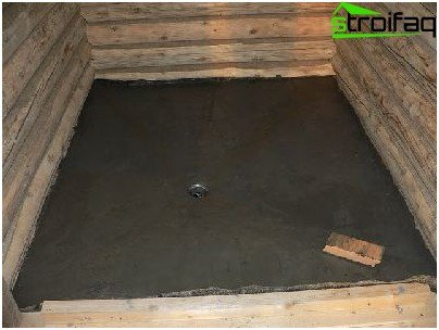 El dispositivo del piso de concreto en el baño