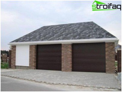 The roof of the garage is covered with flexible tiles.