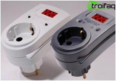 Voltage monitoring relay