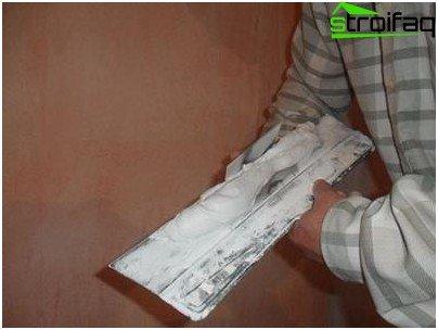 Putty-mengsel op het gereedschap zetten