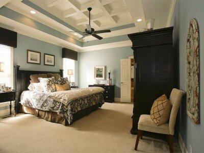 Прилагат се окачени таванни конструкции в спалня в селски стил, както строги геометрични форми, така и абстрактни конфигурации