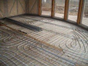 Монтаж і утеплення системи «тепла підлога» в дерев'яному будинку найчастіше передує укладання пінополістиролу під стяжку