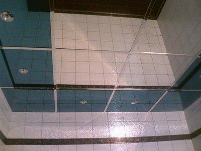 El techo con espejo en el baño no solo decora, sino que también aumenta el espacio visual