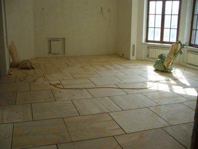 Para facilitar la colocación, se recomienda cortar láminas de madera contrachapada en lienzos de 60x60 cm.