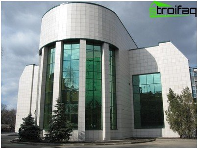 The use of porcelain stoneware for the decoration of building facades