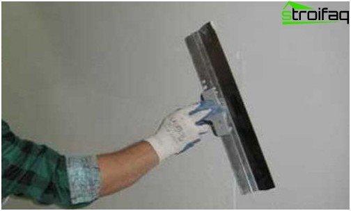 الانتهاء من المعجون عند تسوية الجدران مع دريوال