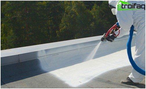 Påføring af flydende vandtætningsmateriale ved hjælp af en sprøjtepistol