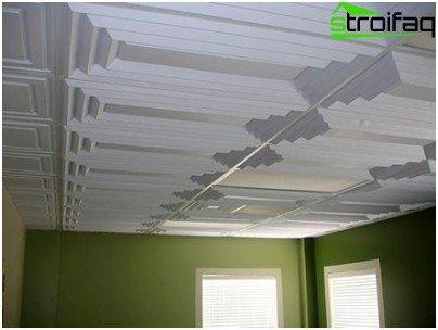 Reljefni geometrijski uzorak na stropnim pločicama.