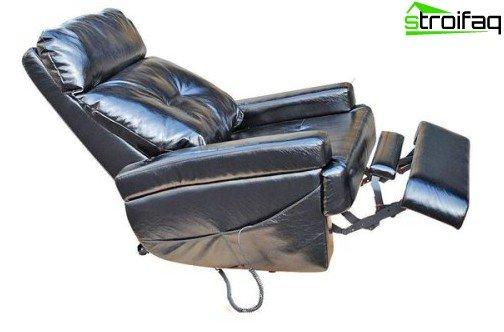 En bekvem justeringsmekanisme giver dig mulighed for hurtigt og nemt at indstille en behagelig vippning på ryggen, indstille nakkestøtten i den rigtige position, et integreret fodstøtte eller vende hvilestolen til en praktisk vandret sofa