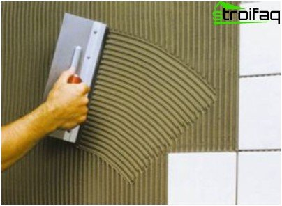 Correct application of tile adhesive to the surface