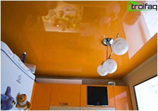 I soffitti tesi in cucina espandono la stanza