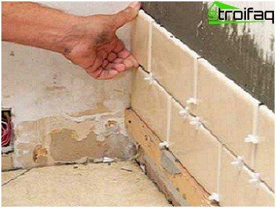 Процес укладання кахлю на стіну