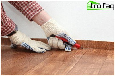 We trim the linoleum on the skirting boards