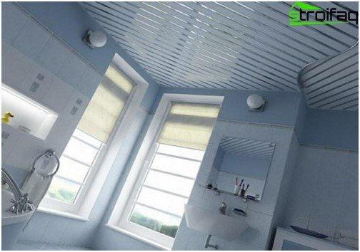 Matte slatted bathroom ceiling with glossy accents