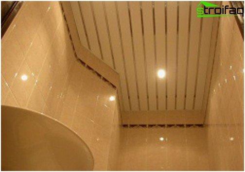 Soffitti a doghe per il bagno trasformano la stanza