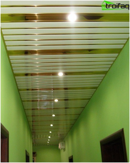 Slatted ceiling in the corridor