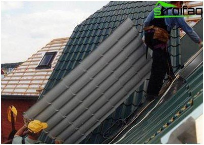 Covering a country roof with a metal tile