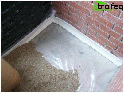 Kantenumrandung aus geschäumtem Polyethylen wird um den Raum herum gelegt
