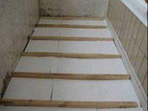 Aislamiento térmico del piso con poliestireno con revestimiento y piso después de terminar el recubrimiento.
