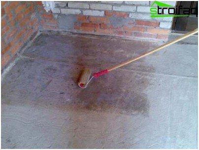 Pintamos los cimientos con un rodillo.