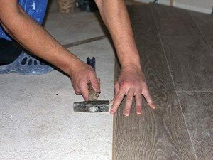 """Connection of rows when laying laminate with """"Lock"""" locks, it is inadmissible to unite panels with a hammer without a special intermediary bar"""