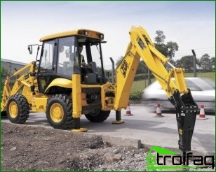 Backhoe loader with a hydraulic hammer and features of its use