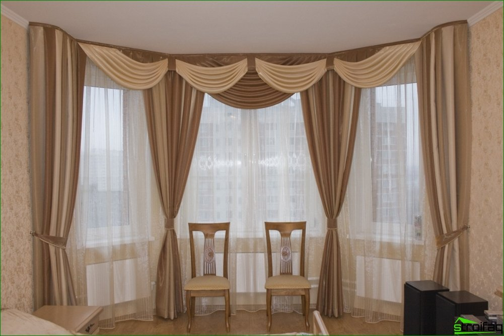 Curtain Design and Interior Features