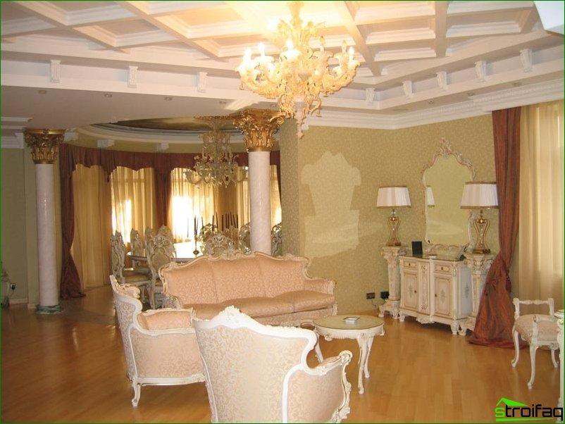 Molduras decorativas de poliuretano en interiores modernos.