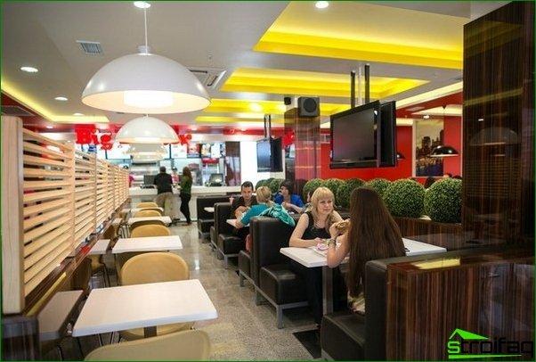 Cómo decorar el interior de un café de comida rápida.