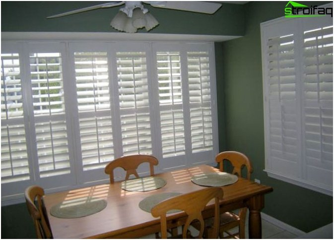 Horizontal blinds in the kitchen