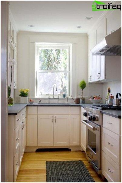 Interior blanco en una pequeña cocina.