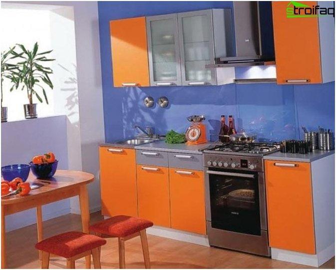 Diseño de cocina azul naranja