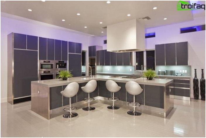 Design del soffitto in una piccola cucina